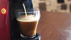 Producendo caffè sulla macchina di caffè espresso stock footage