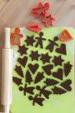 Producendo i biscotti del pan di zenzero di Natale - pasta e taglierine Immagine Stock Libera da Diritti