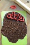Producendo i biscotti del pan di zenzero di Natale - pasta e taglierine Fotografia Stock