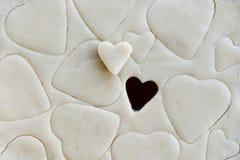 Producendo i biscotti per il giorno di biglietti di S. Valentino della st - pasta e cuore C a forma di Fotografie Stock