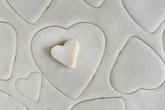 Producendo i biscotti per il giorno di biglietti di S. Valentino della st - pasta e cuore C a forma di Fotografia Stock Libera da Diritti