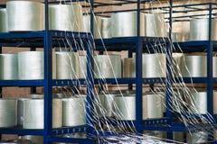 Producendo i fasci di fibre ottiche - fabbricazione di rinforzo composito fotografia stock