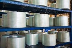 Producendo i fasci di fibre ottiche - fabbricazione di rinforzo composito fotografie stock