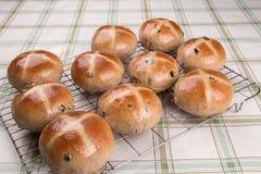 Producendo i panini trasversali caldi, al forno e lustrato su un vassoio di raffreddamento Immagini Stock