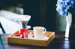 Producendo il caffè preparato del corredo dalla cottura a vapore dello stile del gocciolamento del filtro sul fotografia stock