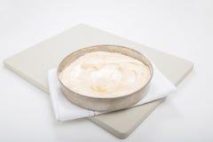 Producendo il pan di Spagna, 1 latta del dolce con la pastella di dolce pronta per il forno Fotografia Stock