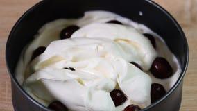 Producendo la torta di formaggio deliziosa e dolce con la ciliegia gelatinizzi video d archivio