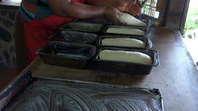 Producendo le pagnotte fresche alla pizzeria del mackintosh su Bequia video d archivio