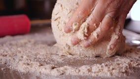 Producendo pane o pizza - mani della donna che mescolano gli ingredienti ed impastamento della pasta stock footage