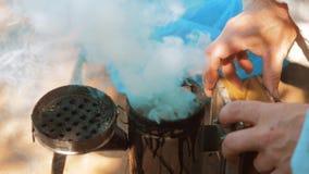 Producent dymny fajczany pipczyka palacza przyrząd dla odpędzać złe pszczoły zwolnione tempo stylu życia wideo pasieka beekeeping zdjęcie wideo