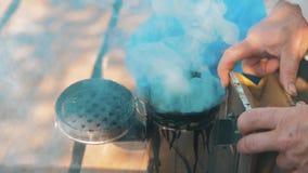 Producent dymny fajczany pipczyka palacza przyrząd dla odpędzać złe pszczoły Zwolnionego tempa wideo pasieka beekeeping pojęcia p zdjęcie wideo