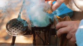 Producent dymny fajczany pipczyka palacza przyrząd dla odpędzać złe pszczoły Zwolnionego tempa wideo pasieka Beekeeping pojęcie zbiory