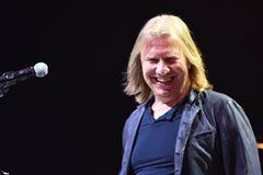 Producent Viktor Drobysh opowiada mikrofon na scenie podczas Viktor Drobysh roku urodziny 50th koncerta Fotografia Royalty Free