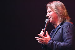Producent Viktor Drobysh opowiada mikrofon na scenie podczas Viktor Drobysh roku urodziny 50th koncerta przy Barclay centrum Obrazy Royalty Free