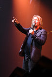 Producent Viktor Drobysh opowiada mikrofon na scenie podczas Viktor Drobysh roku urodziny 50th koncerta przy Barclay centrum Zdjęcia Stock