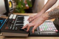 Producenten gör en musik på det MIDI tangentbordet royaltyfri bild