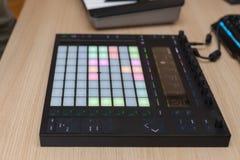 Producenten gör en musik på yrkesmässig produktionkontrollant med tryckknappblock royaltyfri fotografi