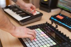 Producenten gör en musik på yrkesmässig produktionkontrollant med tryckknappblock fotografering för bildbyråer