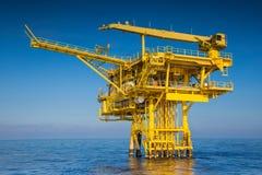 Producerad rå gas och olja för fossila bränslenwellhead avlägsen plattform Royaltyfri Bild
