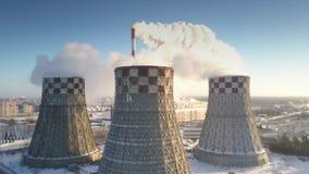 Producerar stora kyla torn för flyg- sikt vit ånga lager videofilmer