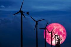Producerar tillbaka vindturbiner för gammal måne vindenergi som är en ren energi royaltyfri bild