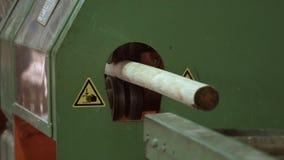 Product dat van machine na houtbewerkingsprocédé verschijnt De houtindustrie stock video