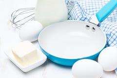 Producten en hulpmiddelen om pannekoeken, close-up te bakken Royalty-vrije Stock Afbeeldingen