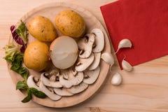 Producten voor het koken, paddestoelen, aardappels, uien, knoflook, kruiden royalty-vrije stock afbeelding