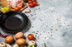 Producten voor ontbijt, eieren, bacon, groenten, kruiden op steenachtergrond Royalty-vrije Stock Foto
