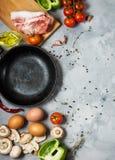 Producten voor ontbijt, eieren, bacon, groenten, kruiden op steenachtergrond, hoogste mening met exemplaarruimte Royalty-vrije Stock Foto's
