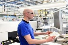 Productie en assemblage van micro-elektronica in een hi-tech fabriek royalty-vrije stock afbeeldingen