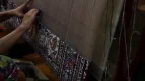 Productie en het weven van tapijten en stoffen stock videobeelden