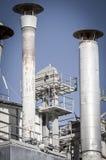 Productie, pijpleidingen en torens, zware industrieoverzicht Stock Fotografie