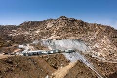 Productie van bouwmaterialen in de bergen dichtbij Taif, Saudi-Arabië royalty-vrije stock fotografie