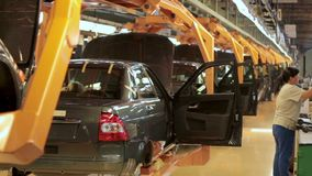 Productie van de auto's bij de fabriek stock videobeelden