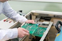 Productie van elektronische componenten bij high-tech stock foto
