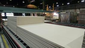 Productie van gelamineerde houtvezelplaat Houtvezelplaatbladen voor meubilairproductie royalty-vrije stock foto's