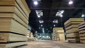 Productie van gelamineerde houtvezelplaat Houtvezelplaatbladen voor meubilairproductie stock foto