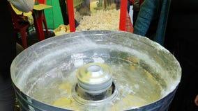 Productie van gesponnen suiker met de hand Macro van de handen van een gebakjechef-kok wordt geschoten wanneer hij een zoete deli stock footage