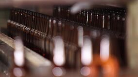 Productie van glasflessen voor bier Glasinstallatie stock footage
