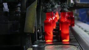 Productie van glasflessen voor wijn Glasinstallatie stock video