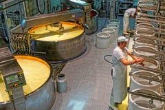 Productie van Gruyère bij de kaasfabriek in historisch Stock Foto's