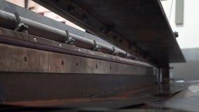 Productie van het metaaldakwerk van Metaalroofingsheet Hulpmiddel bij de productie van de metaaltegel stock video