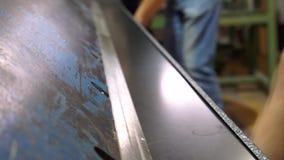 Productie van het metaaldakwerk van Metaalroofingsheet Hulpmiddel bij de productie van de metaaltegel stock footage
