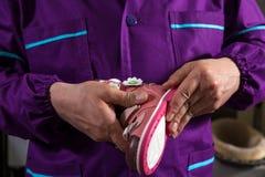 Productie van kinderen` s schoenen royalty-vrije stock afbeeldingen
