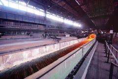 Productie van metaalwalsdraad bij de metallurgische installatie Stock Foto