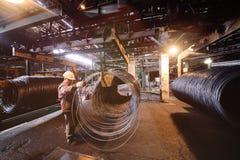 Productie van metaalwalsdraad bij de metallurgische installatie Stock Fotografie