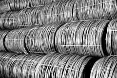 Productie van metaalwalsdraad bij de metallurgische installatie Stock Afbeelding