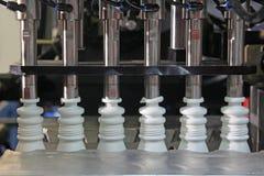 Productie van plastic flessen Stock Afbeeldingen