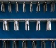 Productie van plastic flessen mineraalwaterlimonade het morsen van waterflessen milieuvriendelijke productie aan de lopende band Royalty-vrije Stock Afbeeldingen